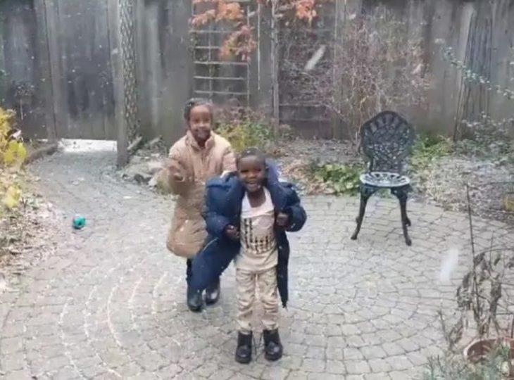 lo-stupore-dei-bambini-eritrei-che-vedono-per-la-prima-volta-la-neve__730__00094522