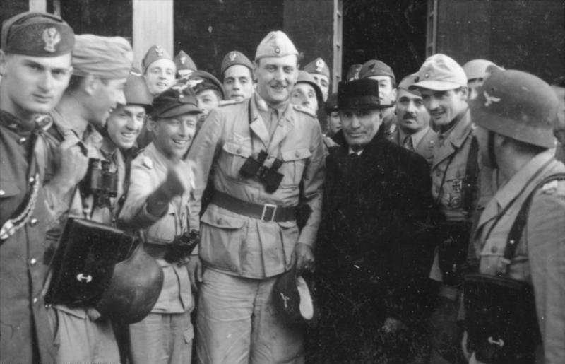 Bundesarchiv_Bild_101I-567-1503C-152C_Gran_Sasso2C_Mussolini_vor_Hotel