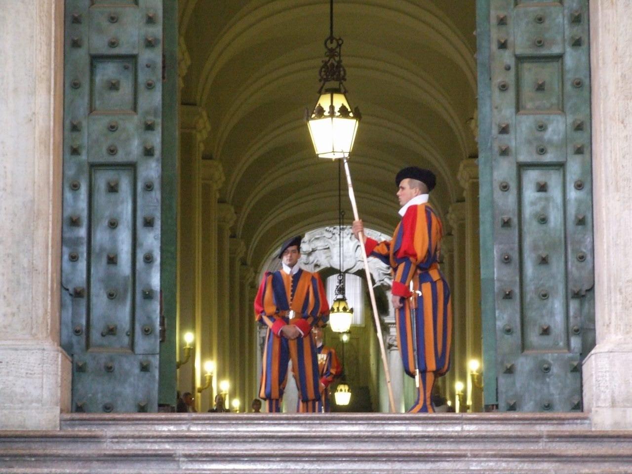 Swiss_Guards_at_the_Portone_di_Bronzo