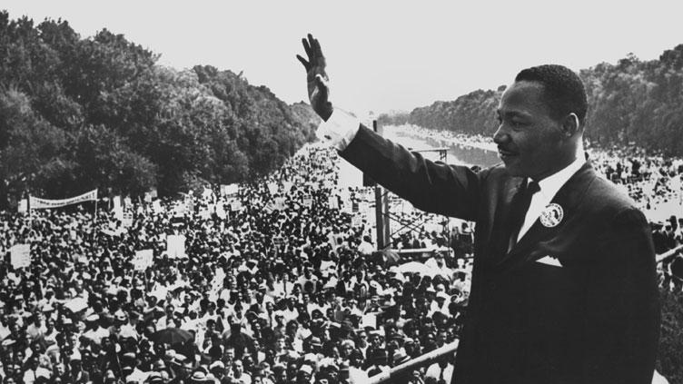 Martin Luther King spricht vor einer Menschenmenge