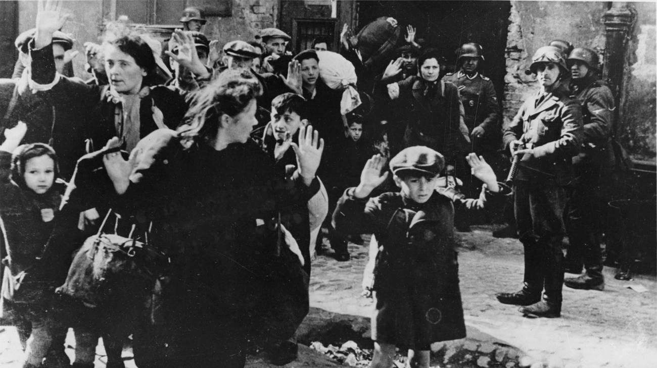 Maggio 1943_ i nazisti deportano gli ebrei dal ghetto di Varsavia per portarli ai campi di sterminio