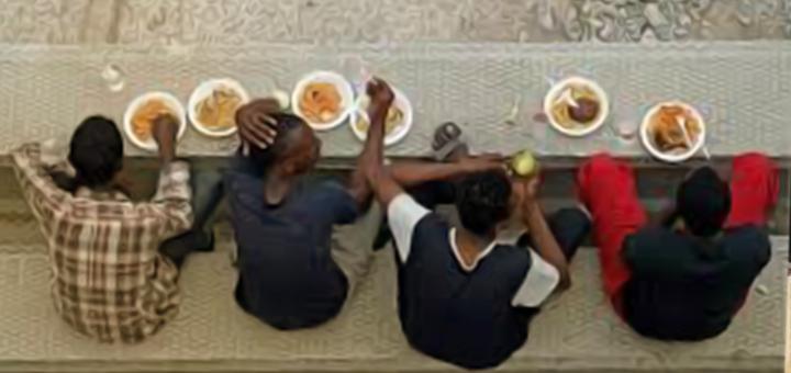 migranti mangiano
